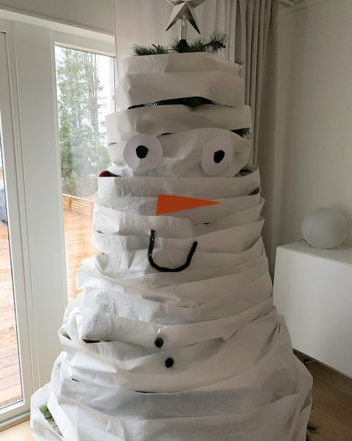 Julgran iklädd toalettpapper – kanske en idé till ett av årets nissehyss?