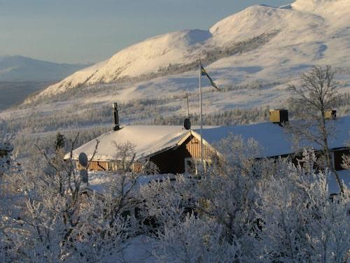 Buustamons fjällgård ligger 725 meter över havet mellan Rödkullen och Ullådalen
