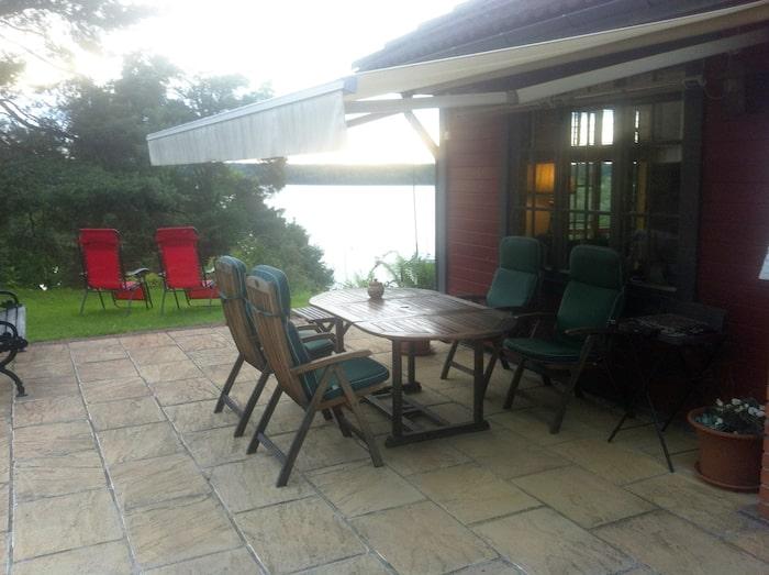 Vännerna trivs på Ulf Brunnsbergs terrasser med sjöutsikt. Efter renoveringen är trottoarstenen utbytt mot sandsten från England.