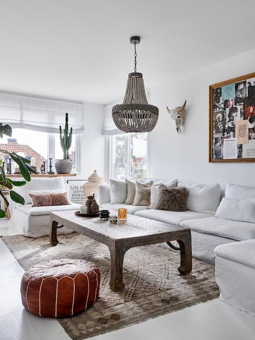 På övre plan finns ett rymligt tv-rum där familjen gärna slappar framför en bra film. Soffgrupp, Ikea, med överdrag från Bemz. Soffbordet är inköpt i Belgien. Tavla, loppisfynd. Kranium och takkrona, Love Warriors. Kuddar, Bemz och Tine K. Sittpuff och matta är inköpta i Marocko.