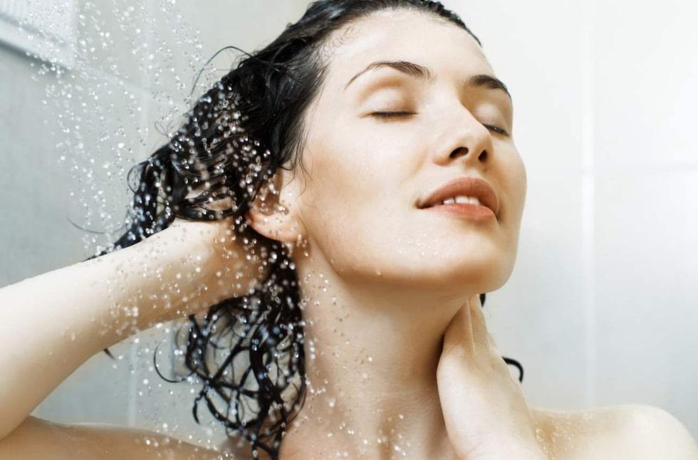 De flesta tvättar håret i varmt vatten, då det känns skönast och mest naturligt.Men faktum är att fördelarna med i stället tvätta håret i kallt vatten är fler.