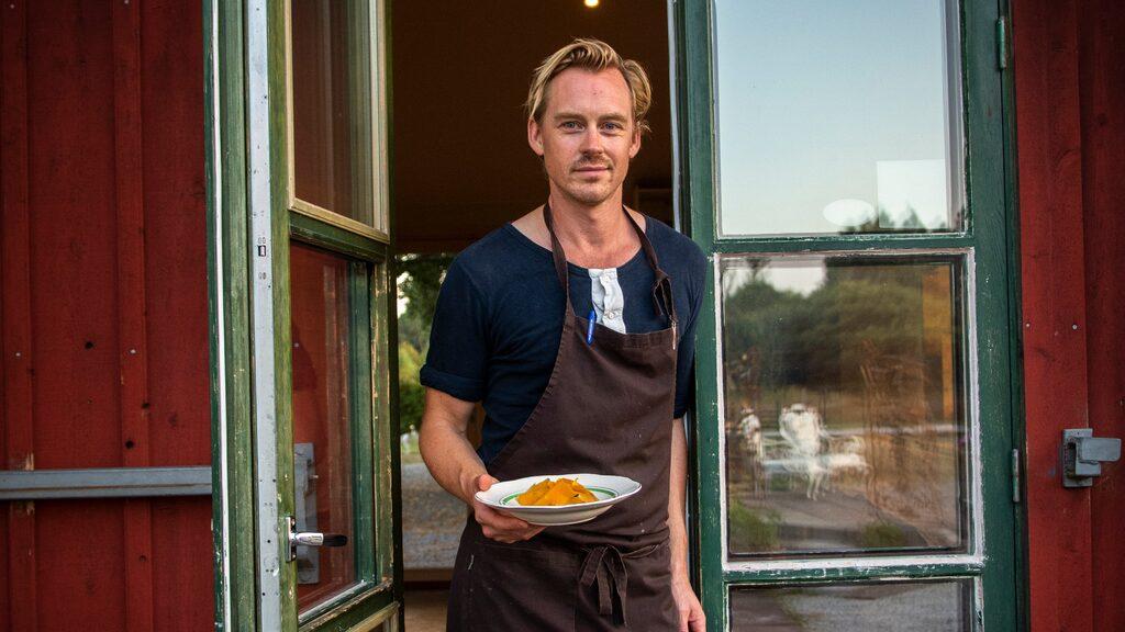 Aktiviteten i ladans kök och restaurang på Hotel Stelor är febril under sommarhalvåret. Kocken Linus Ström har huvudrollen i köket.