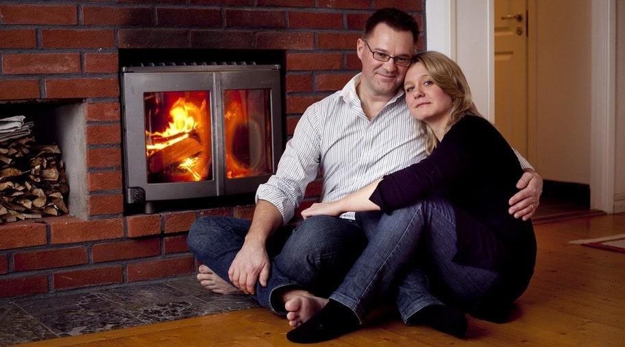 ELDORADO. Björn Lundblad, 50, och Veronica akobsson, 42, njuter vid brasan - som inte bara är mysig utan också elsnål. Familjen har dessutom investerat i bergvärme och lågenergilampor - samt försöker släcka när de går ut.