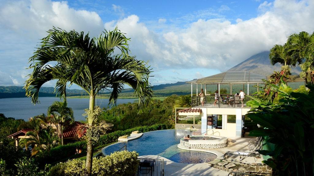 Hotel Linda Vista med fina pooler och fantastisk utsikt över vulkanen och sjön Arenal.