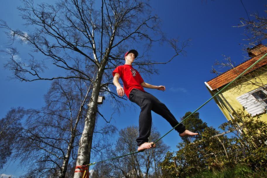 LINGÅNGARE. Niklas Bjelvén gillar extremsporter och tränar slackline för utmaningens skull.