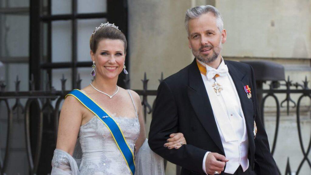 Prinsessan Märta Louise av Norge i en sjöjungfruformad klänning i sidenorganza och matchande sjal på prins Carl Philips bröllop 2015. Här i sällskap med maken Ari Behn.