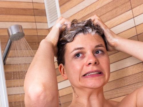 Att duscha kan vara en trevlig ritual, menar Agnes Wold, men bakterier trivs på blöt hud.