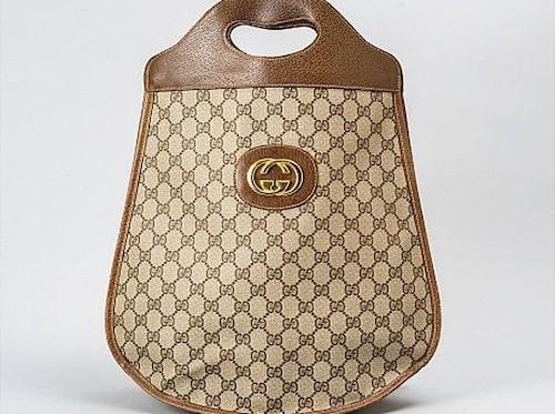 GUCCI. Hanväska med brunt monogrammönster och bruna skinndetaljer. Vintage. Utropspris: 1500 kronor. Slutpris: 1000 kronor.