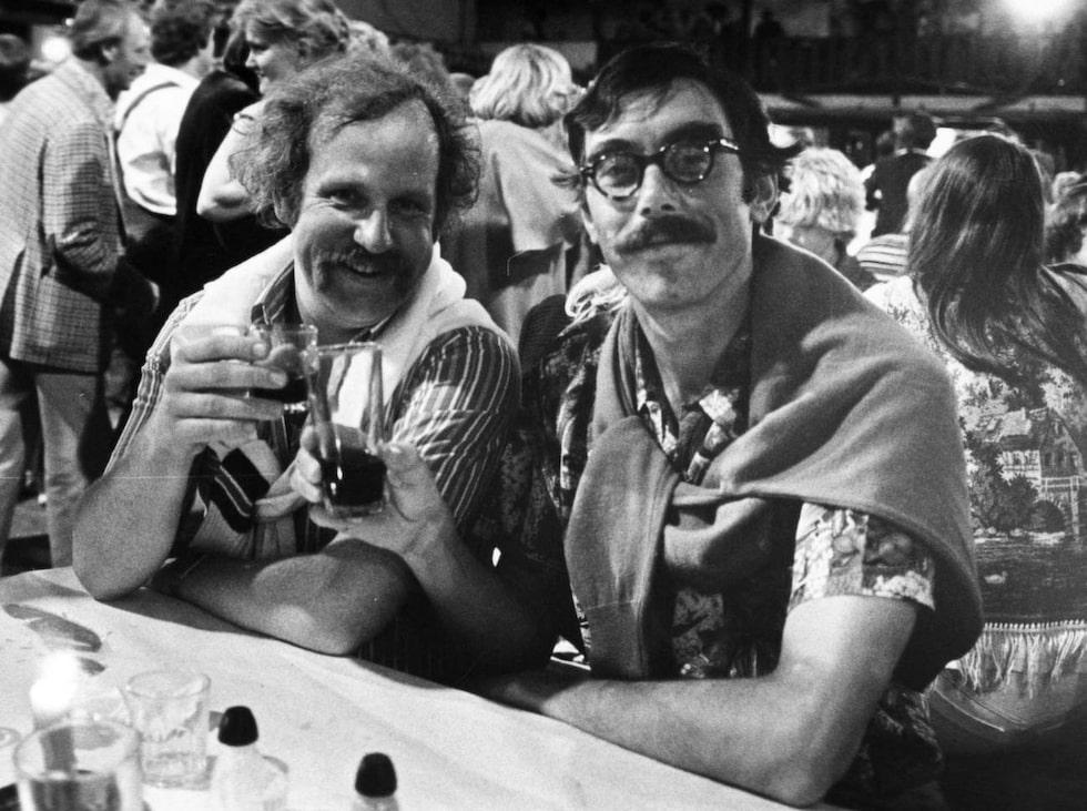 """Ole och Stig-Helmer (Jon Skolmen och Lasse Åberg) gjorde grisfesten odödlig i  """"Sällskapsresan""""."""