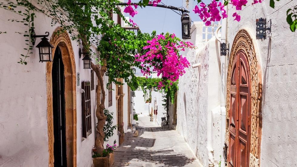 Lindos är berömt för sina vita hus, vindlande gränderna, historiska lämningar och fina butiker.