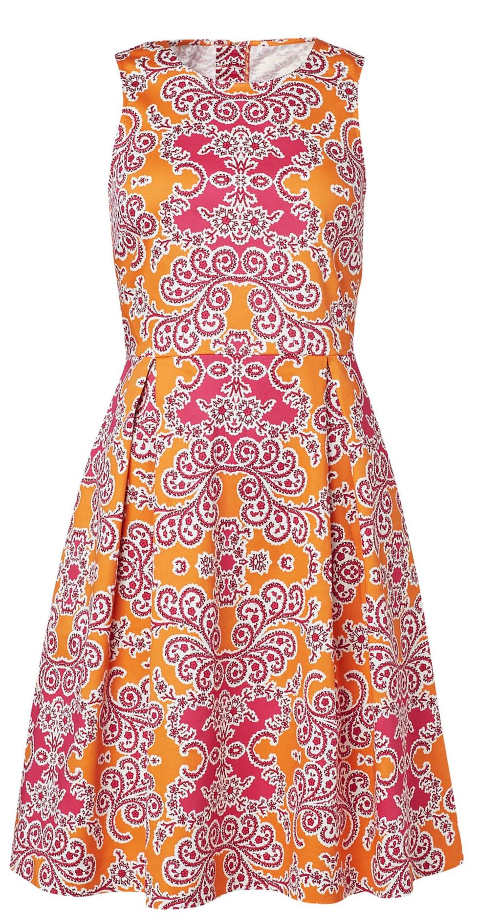 Tar fram formerna. Mönstrad klänning i orange och rosa. Med lite vidd i kjolen och en smickrande längd som passar dig med former. 399 kronor, Lindex.com.