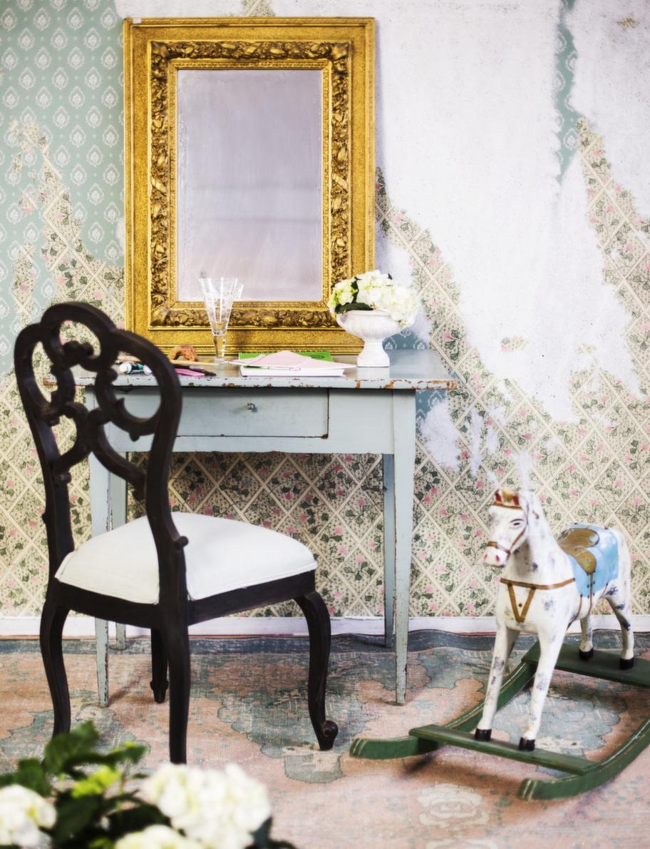 Litet, antikt 1800-talsbord, 1 900 kronor, spegel med guldram, 3 200 kronor, båda från Evensen antik. Antik, fransk stol, 3 700 kronor, Det franska testamentet. Gunghäst, 2 075 kronor, Gertrud.