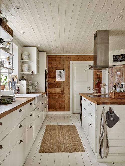 Kök, porslinsho och barstolar, Ikea. Bänkskivor, Bauhaus. Köksfläkt, Elgiganten. Köksblandare, Tapwell.