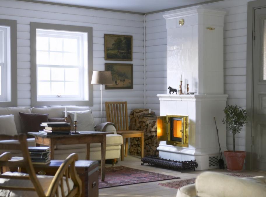 BastuspecialistenElegant i gammaldags stilHerrgård Classic 201 ger stil till det lantliga hemmet. Långa rökkanaler gör att värmen magasineras länge, kakelugnen är uppbyggd av värmegrundande block och väger ett och ett halvt ton.Pris: Från 42 900 kronor.