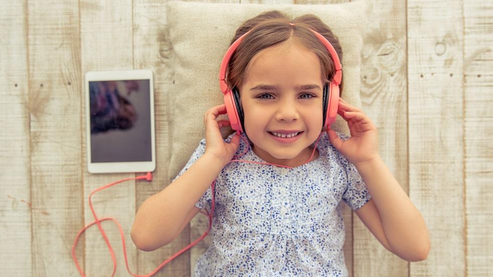 Många barn ägnar mycket tid åt spel, film och musik på surfplattor och datorer – ofta med hörlurar på.