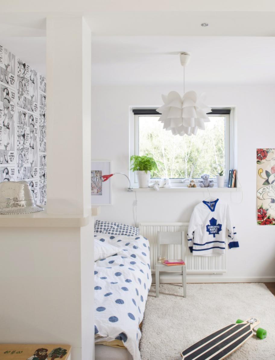 Tonårsrum.Ett skönt krypin med plats för livets väsentligheter: Säng, longboard, ishockeytröja, läshörna och paljetthatt. Taklampan Knappa från Ikea.