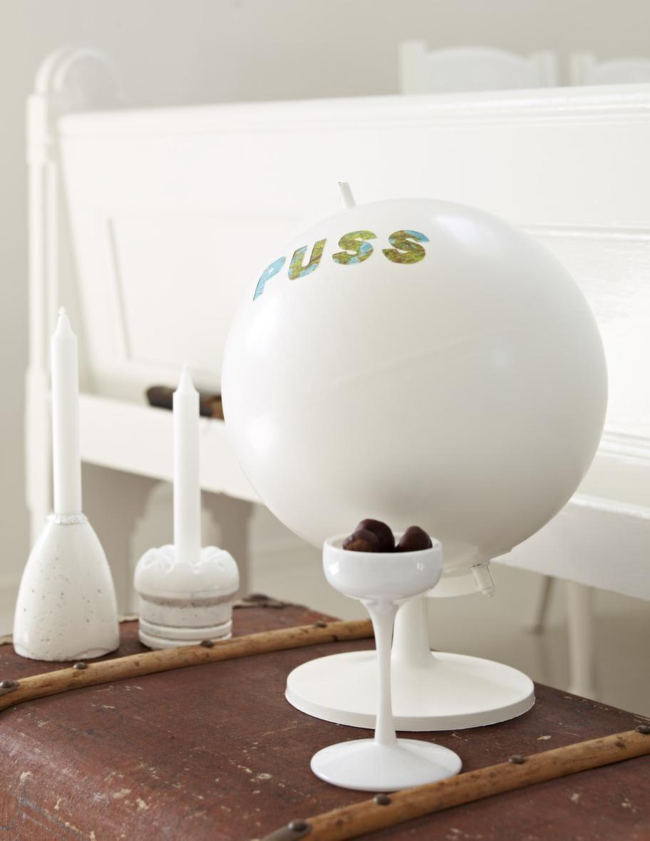 Puss<br>Den omgjorda globen är en födelsedagspresent från hans fru Sania.
