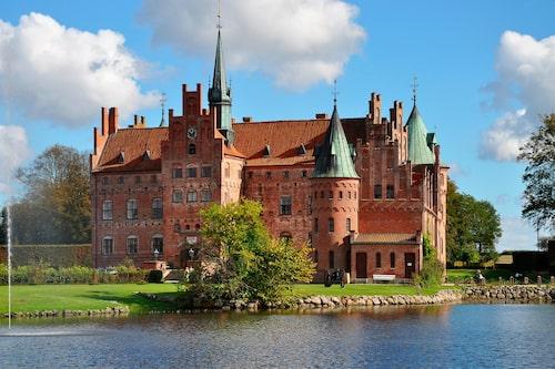 Egeskov stod färdigt 1554 och byggt som en ointaglig borg mitt ute i en sjö.