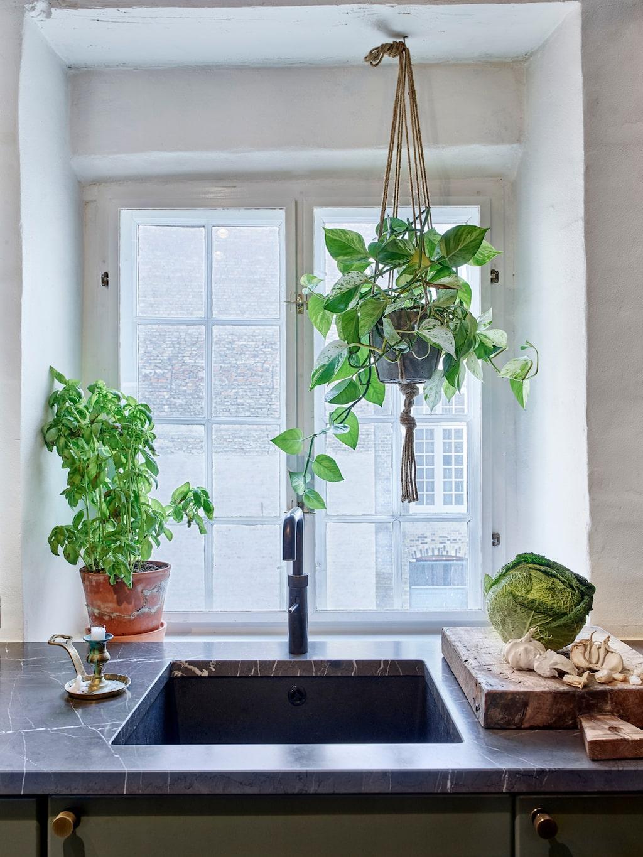 Köket har fått nya handtag och en ny bänkskiva i marmor av typen Pietra Gray.