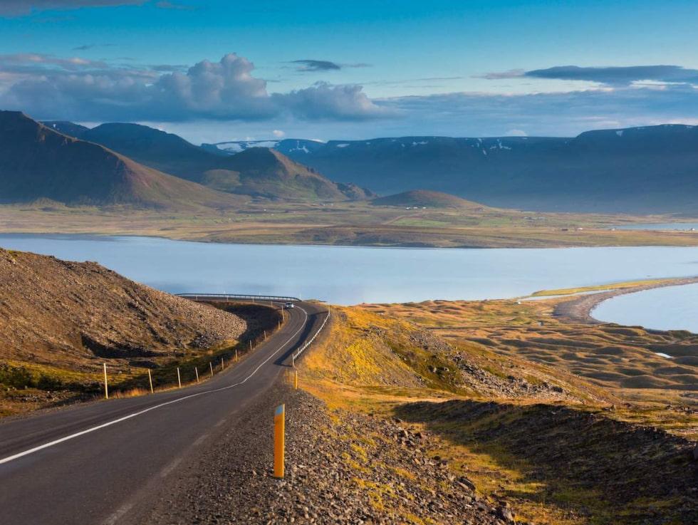 Upplev grönskande dalar, snöklädda berg, vidsträckta lavafält, djupblå fjordar och vulkaniska kratrar på Island.