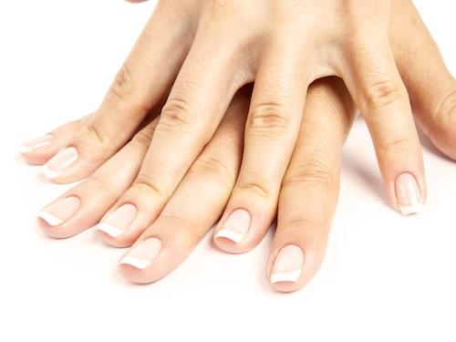 Flitigt användande av nagellack kan ge naglarna en gul missfärgning.