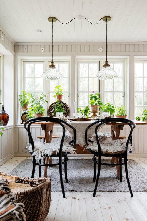 """Vårfint på verandan. På Thonetstolarna ligger isländska fårskinn. Lamporna över det gamla bordet är köpta på Jotex. """"Jag får alltid en massa frågor om dem på Instagram, men de är tyvärr slutsålda"""", säger Linnea."""
