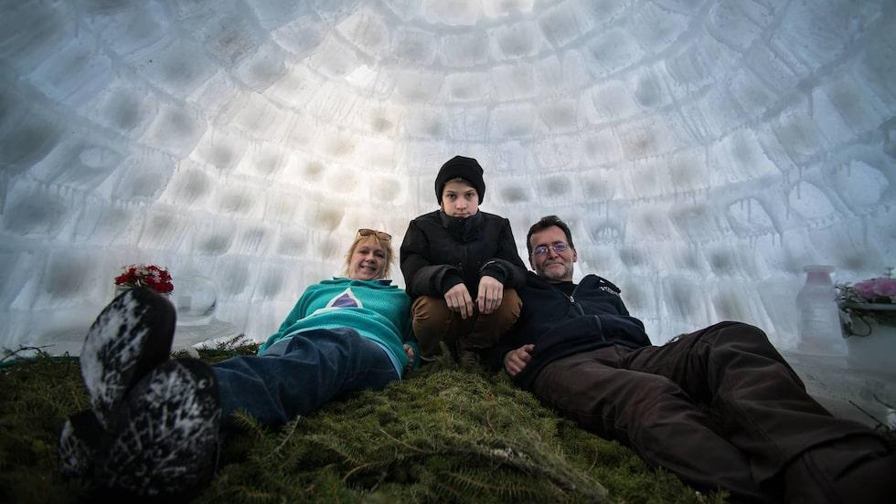 Här ligger Janne Åberg med sin sambo Sussie Malm samt sonen Max.