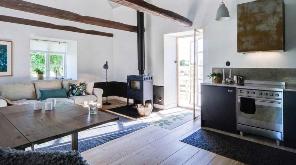 Vardagsrum med köksavdelning och dörr till pool – detta är flygeln.