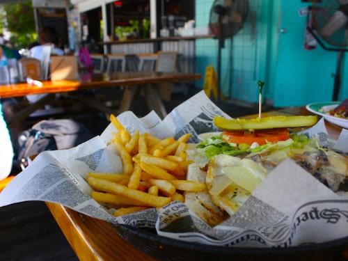 Cykla hit och njut av en hogfish sandwich.
