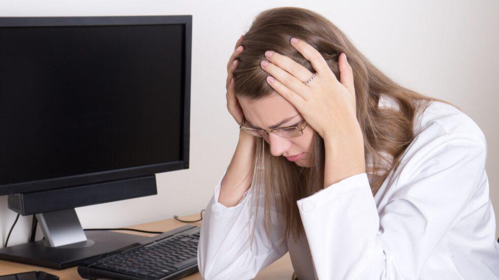 """Utmattningssyndrom, eller utbrändhet som det ofta kallas i folkmun har beskrivits som en folksjukdom. Enligt Arbetsmiljöverket sjukskrivs 32 000 svenskar varje år för symtom som tyder på att de har """"gått in i väggen""""."""