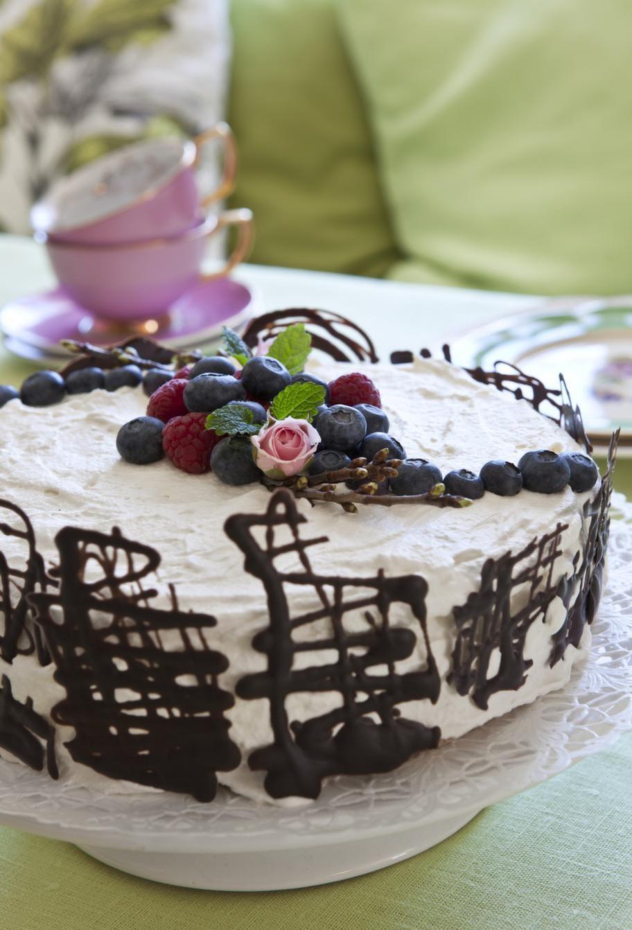 Bjud på en tårtbit till fikastunden. Rosa kaffekoppar köpta på Lagerhaus för ett par år sedan, Åhléns har liknande.