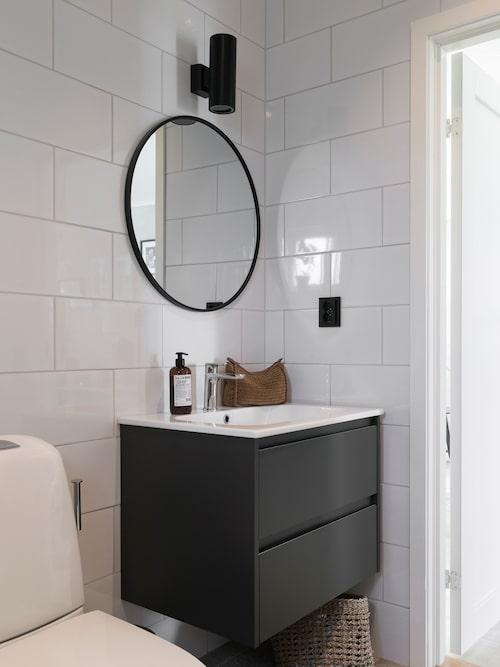 Intill sovrummet har familjen sitt badrum, stilrent och snyggt. Kommod, Alterna. Spegel, Rusta. Lampa, Ikea.