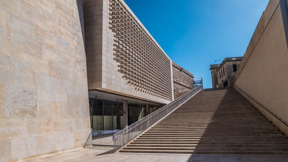 Den futuristiska stadsporten och parlamentet ritat av Renzo Piano bryter av i Valletta.
