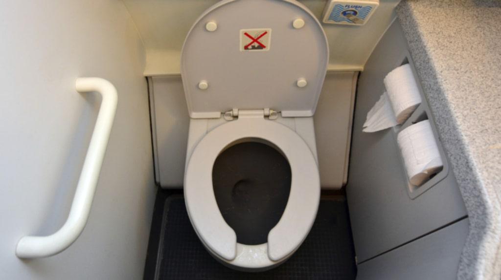 Skippade besöket på toaletten och kissade i stället på sina medpassagerare.