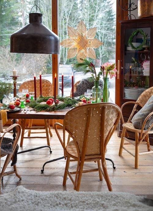 Matbordet har Camillas pappa snickrat. Karmstolar i rotting, Gösta Westerberg. Taklampa, Spiti.