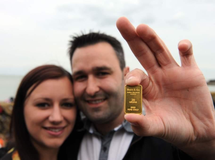 Kenny Wood och Kirsty Henderson hittade en guldtacka värd 6000 kronor och nu planerar de att resa till Paris för pengarna.