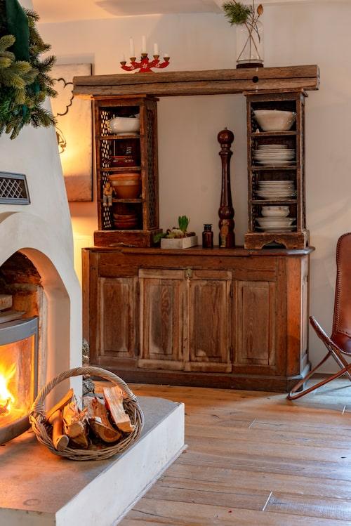 Det charmiga franska vitrinskåpet är helt egentillverkat av Camilla, av en gammal tv-bänk och en skänk.