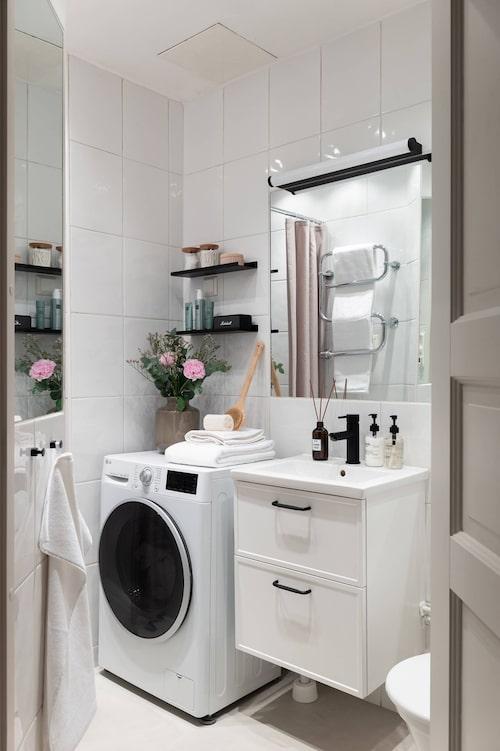 Badrum med golvvärme och tvättmaskin.
