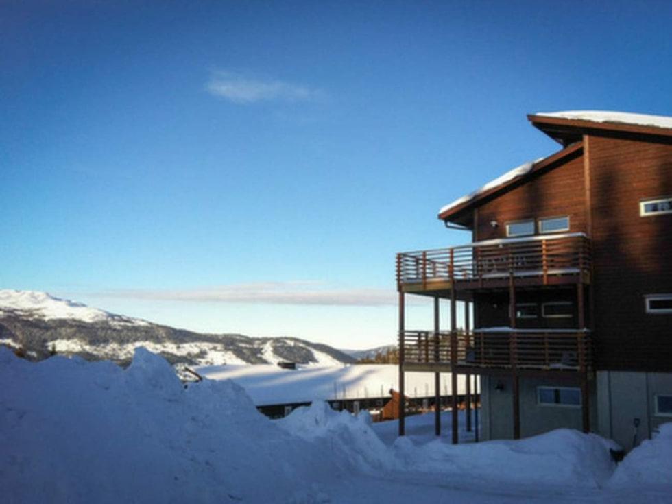 Fjällboendet Bear Lodge har ski in/ski out och ligger direkt vid skidbacken precis nedanför Björnens centrum i Åre.