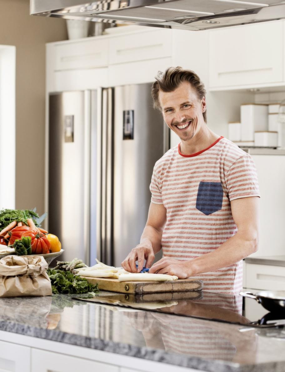 Favoritrum.Paul i sitt älskade kök. Öppet, generöst och rymligt. Bänken är av granit som sågats längs med för att få fram en rörelse.