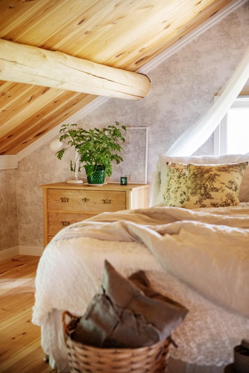 Byrån i sovrummet kommer från Silvergruvans antik i Sala. Lampan är köpt på Ikea och den gröna krukan kommer från Emma-Lisas farmor.