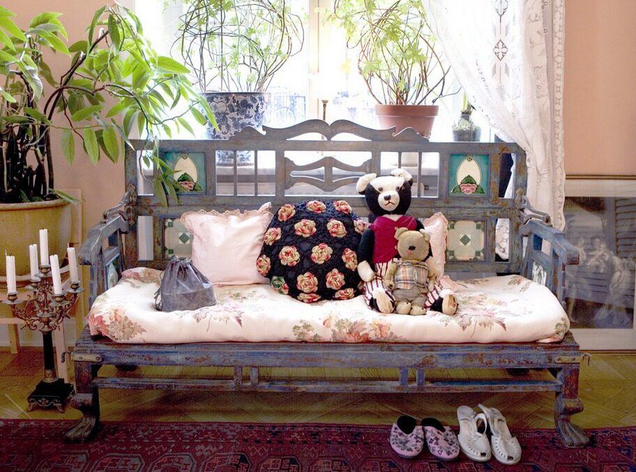 Mysig soffa.. En traditionell indisk soffa som kan förvandlas till barnsäng, från Raja. I soffan blandade färgstarka kuddar från Old Touch.