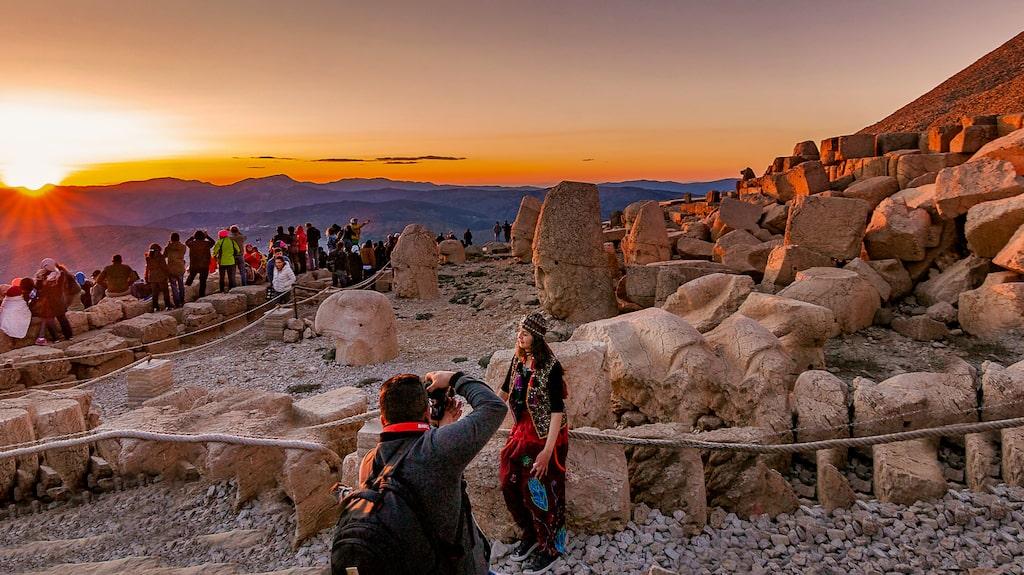 Varje år beger sig hundra tusentals turister till Nemrut Dagi för att uppleva solnedgången och alla antika monument som pryder platsen.