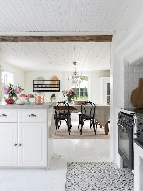 Matrum och kök var tidigare två rum, men när Camilla och Joakim renoverade så öppnade de upp för att kunna använda rummen bättre. Köket går i vit lantlig stil och har en rustik bänkskiva i betong, som paret gjutit själva. Kök, Ikea.
