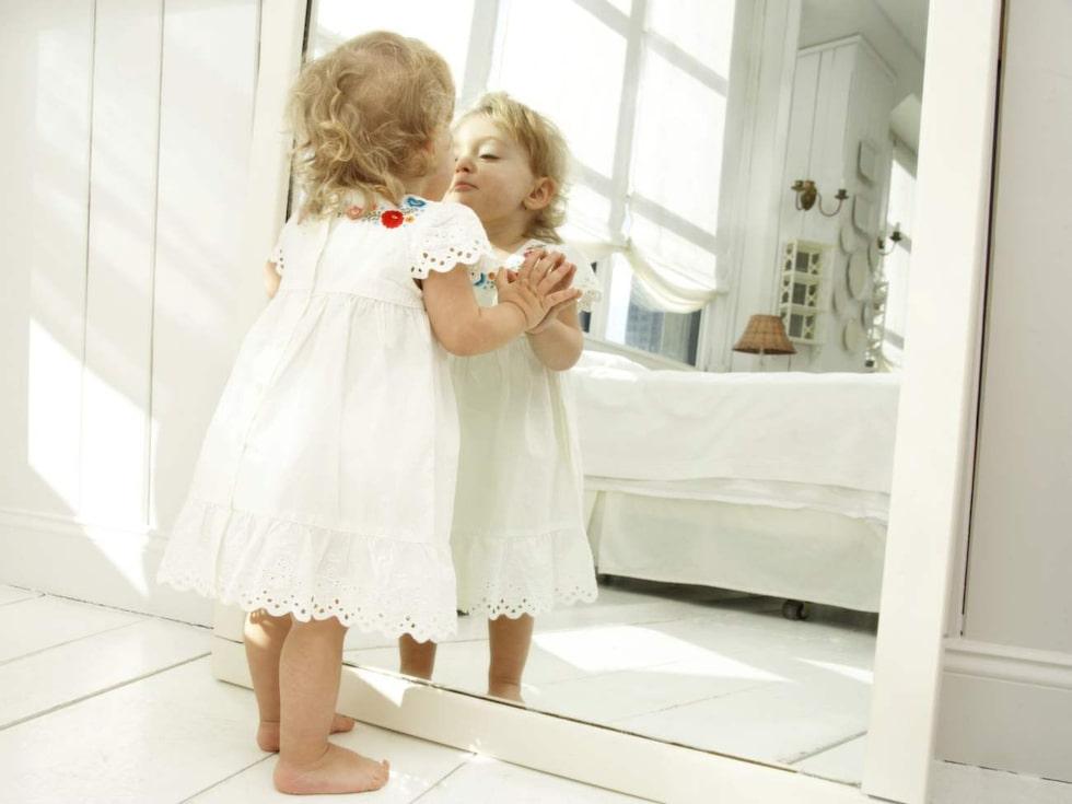 Speglar skapar djup och rymd.