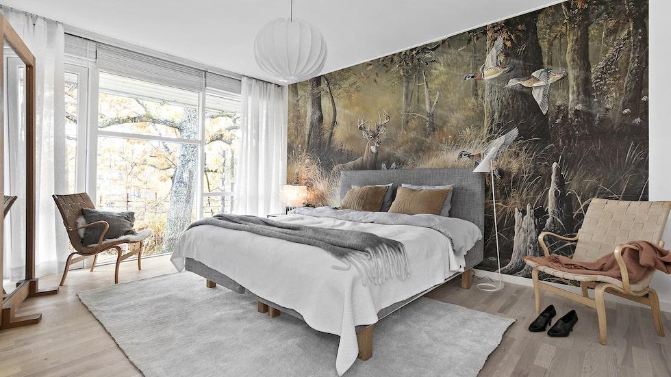 Ett av sex sovrum. Stort föräldrasovrum med ensuite badrum och walk in closet. Utgång till trädgården. Häftig fondvägg och ekparkett.