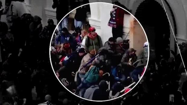 Här misshandlar han poliser med en hockeyklubba