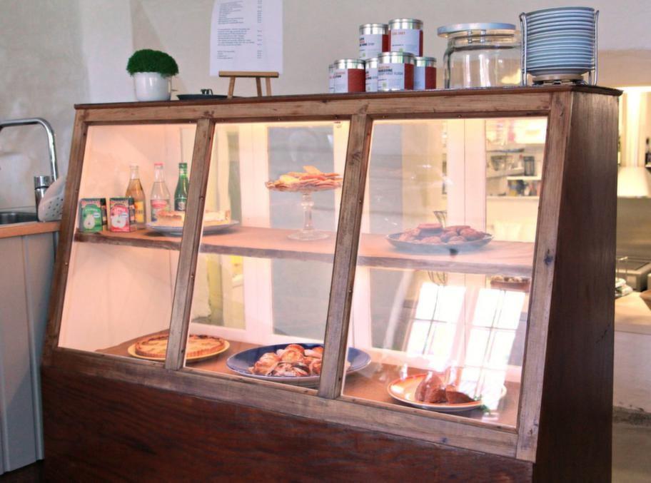 Gåva. Den här köpmansdisken stod förut i gamla bageriet i Forsby. Ibba och Staffan fick den av den nuvarande ägaren.