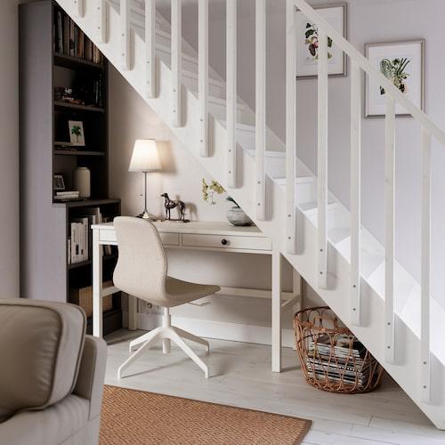Utrymmet under trappen blir ett perfekt hemmakontor visar Ikea upp med skrivbordet Hemnes.