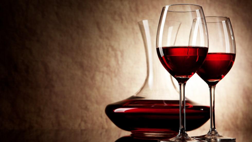 Läsaren undrar om även billigare viner blir bättre om de hälls över i en karaff.